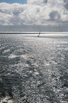 Zon over de Waddenzee met zeilboot van Tonko Oosterink