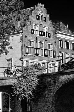 Gevel van Grachtenpand aan de Oudegracht in Utrecht in zwart-wit (1) von De Utrechtse Grachten