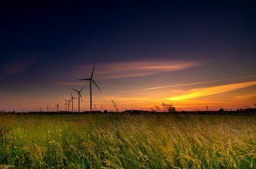 Windmühlen mit Sonnenuntergang in einer niederländischen Weitwinkel-Landschaft von Jan Hermsen
