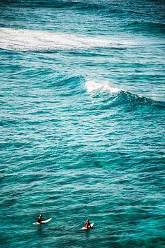 Surfers op zee van Bob Beckers