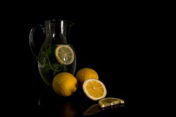 stilleven met glazen kan met citroen en mint