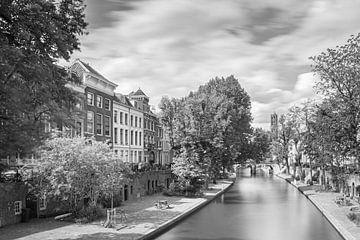 Häuser entlang der Oude Gracht mit Blick auf den Dom von Utrecht von Michel Geluk