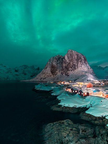 Nordlicht über dem berühmten Dorf Hamnoy auf den Lofoten