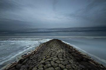 Golfbreker en een donderwolk op het Ijsselmeer! van Peter Haastrecht, van