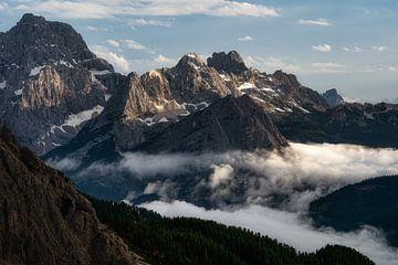 Boven de wolken in de Dolomieten van Roy Poots