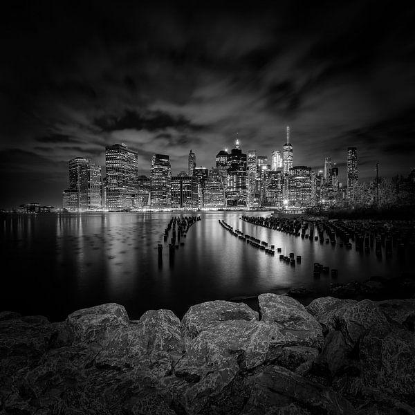 SKYLINE van MANHATTAN zonsondergang over de Stad New York | zwart-witt van Melanie Viola