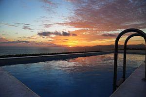 Zonsondergang bij het zwembad van