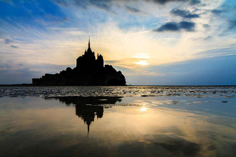 Silhouet van Mont Saint-Michel met reflectie van Dennis van de Water