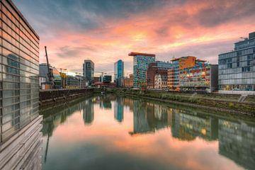 Sonnenuntergang im Medienhafen Düsseldorf von Michael Valjak