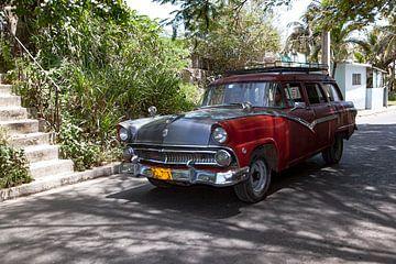 Cubaanse auto met kenteken VDL 719 in het straatbeeld (kleur)