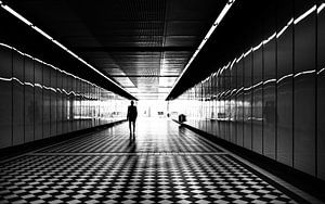 Silhouet van persoon in tunnel van