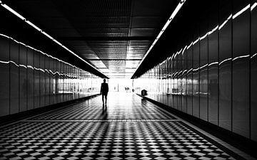 Silhouette der Person im Tunnel von Atelier Liesjes