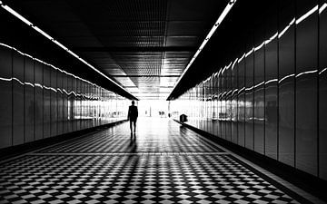 Silhouet van persoon in tunnel