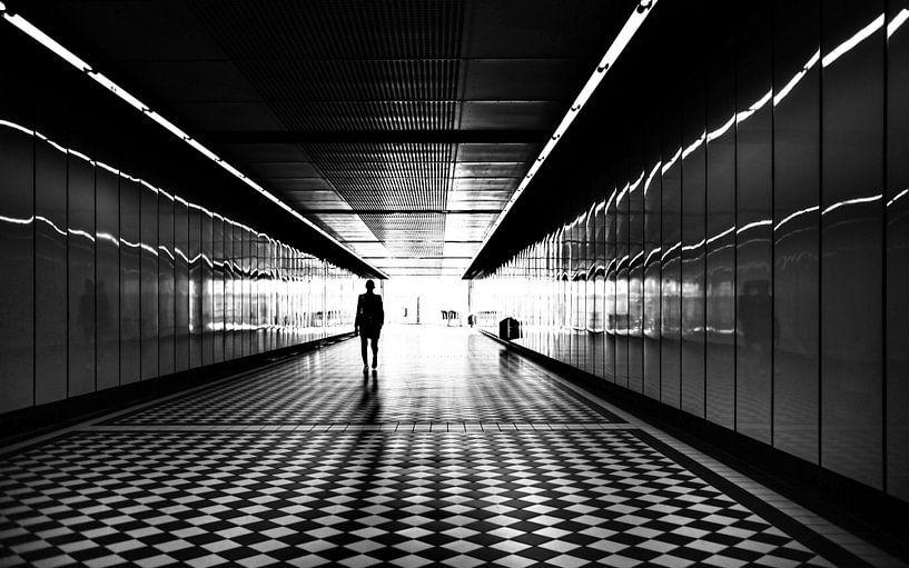 Silhouet van persoon in tunnel van Natasja Tollenaar
