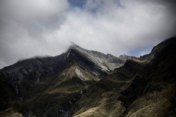 Bergtoppen in de wolken - Nieuw Zeeland van Studio W&W