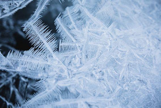 Detail van ijskristallen in bevroren rivier - Lyngen Alpen, Noorwegen