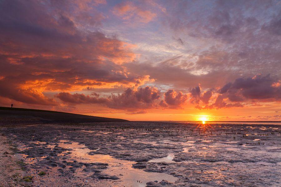 Rode zonsondergang bij Ternaard van Ron Buist