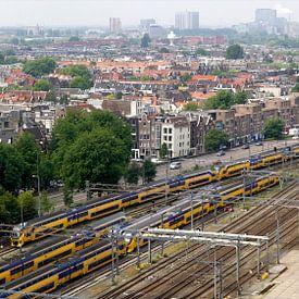 Zicht op Amsterdam en het spoor nabij Centraal Station van Reinder Weidijk
