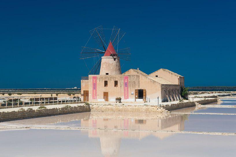 Traditionele molen en zoutpannen van Trapani op Sicilië van iPics Photography