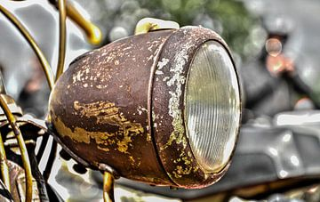 Roestige koplamp van Ans Bastiaanssen