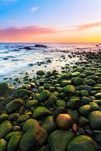 Groene stenen op het strand van de Oostzee