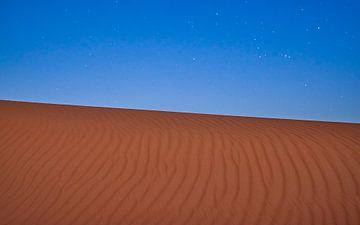 Sterren boven de zandwoestijn van