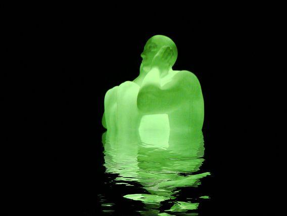 Leuchtende Skulpture mit Wasserspiegelung van Rosi Lorz