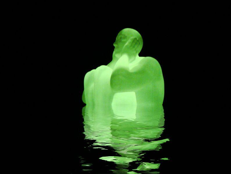 Leuchtende Skulpture mit Wasserspiegelung