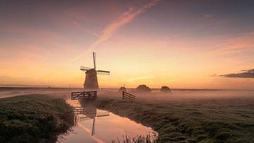 Ein früher Herbstmorgen mit der Mühle von Etersheim von Toon van den Einde