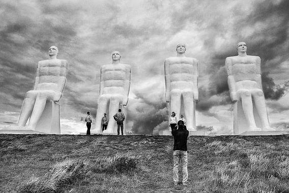 """Het standbeeld """"Man by the Sea"""" bij Esbjerg, Denemarken"""