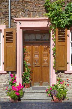 Houten deur met bloemendecoratie