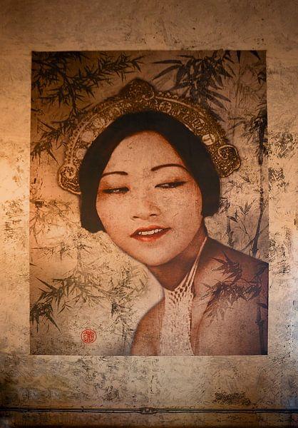 Muurschildering in het China House in Phnom Penh, Cambodja van Robert van Hall