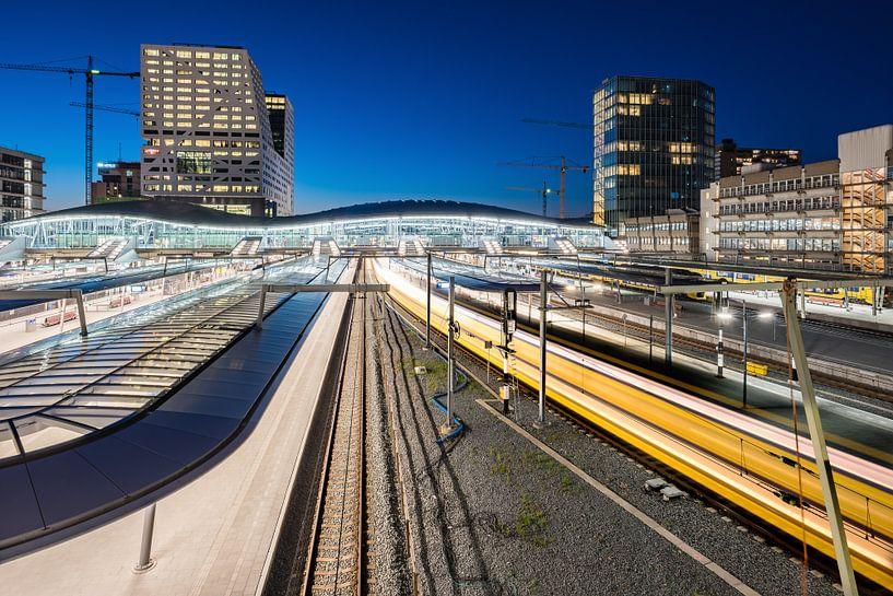 Gare centrale d'Utrecht dans la nuit sur John Verbruggen