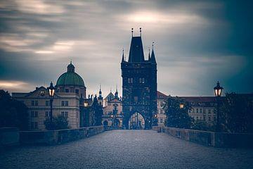 s'ochtends op een lege Karelsbrug in Praag van Dennis Donders