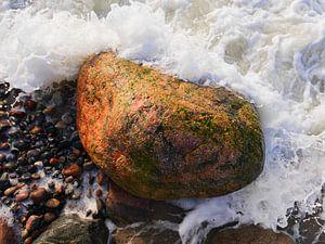 Stein in der Brandung, fotografiert von oben