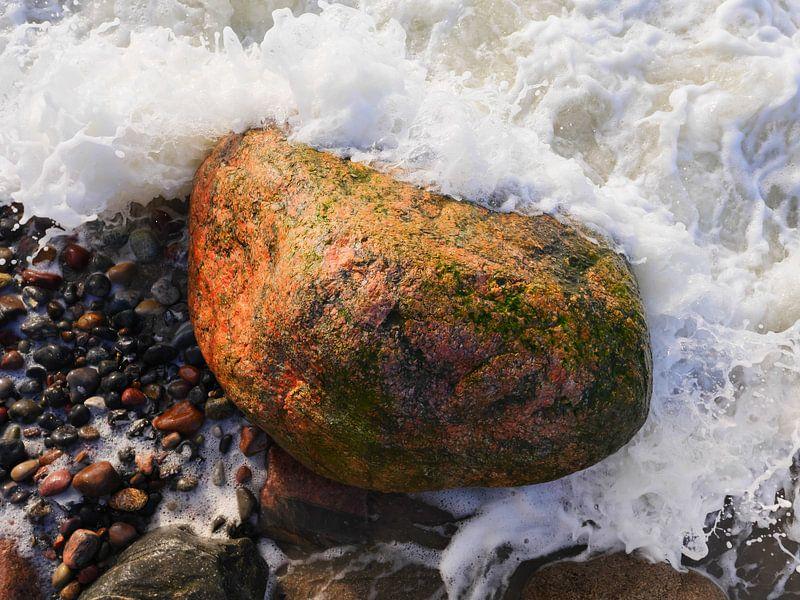 Stein in der Brandung, fotografiert von oben von Jörg Hausmann