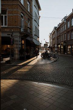 Een prachtige zon flare tijdens de zonsondergang in de straten van Maastricht van eighty8things