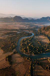 Fluss mit Bergen im Hintergrund vom Heißluftballon in Laos von Yvette Baur