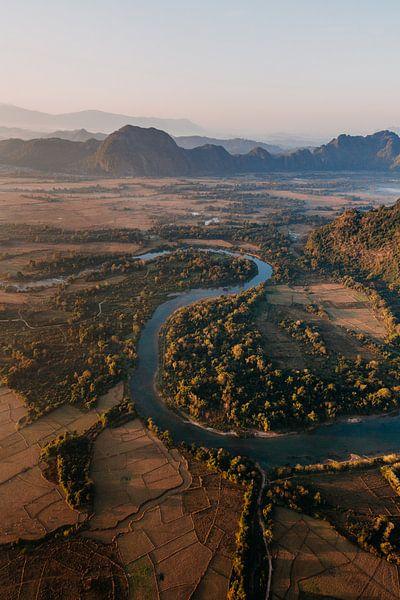 Rivier met bergen op achtergrond vanuit luchtballon in Laos van Yvette Baur