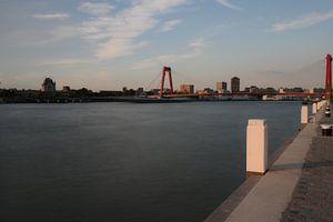 de kade van de nieuwe Maas met uitzicht op de Willemsbrug in Rotterdam van Robin Bergenhenegouwen