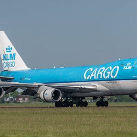 Een nieuw verfje kan geen kwaad. Boeing 747-400 ERF van de KLM (PH-CKA) is geland op de Polderbaan.  van Jaap van den Berg