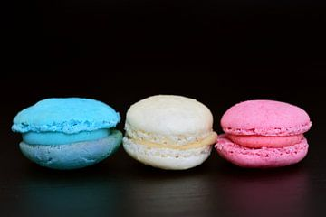 Macarons in den französischen Farben vor dunklem Hintergrund von Ulrike Leone