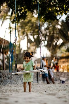 Kinder spielen mit Sand im Fischerdorf von Yvette Baur