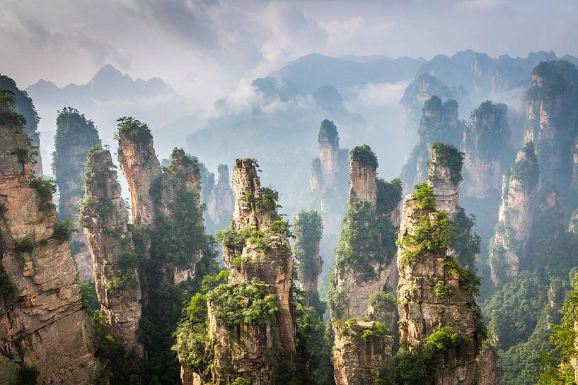 Landschap met zandsteen pilaren in China van Chris Stenger
