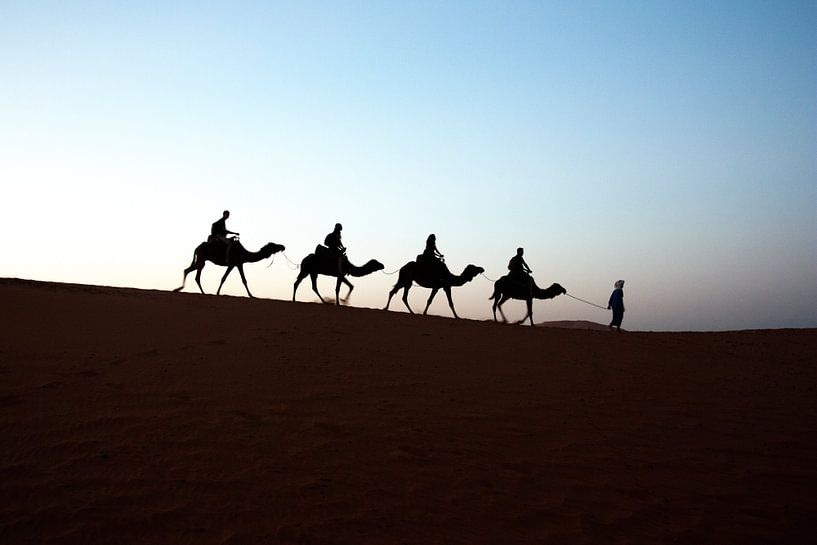 RIDING INTO SAHARA SUNSET van Paul Steenaart