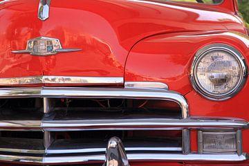 Motorkap en grill van een rode oldtimer. van martin von rotz