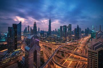 Dubaï : le centre ville avec Burj dans les nuages le matin sur Jean Claude Castor
