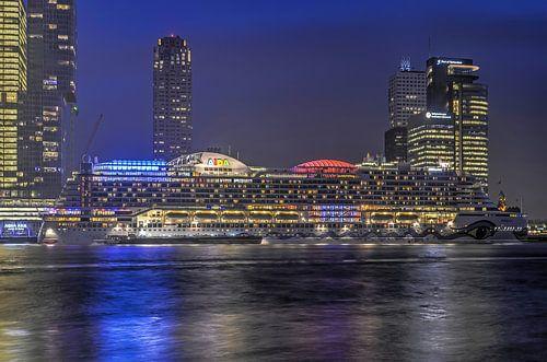 Cruiseschip bij avond van