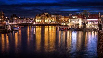 Uitzicht van Stationsplein in Amsterdam tijdens het blauwe uur van Bart Ros