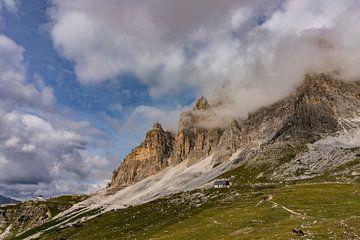 Berggipfel in den Wolken von Lynn Haverhals